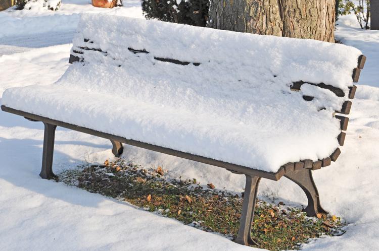 Bank-im-Schnee.-Gegenstaend