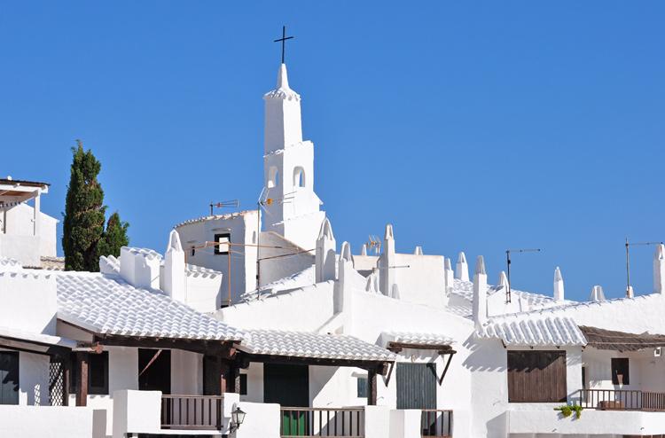 Haeuser-mit-Kirche-Menorca-